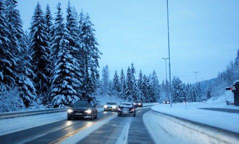 Stor trafikk: Lørdag ettermiddag og kveld er trafikken stor på E16, særlig i retning Oslo. Her fra Kalplassen, sørøst for Leira.