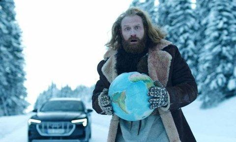 Superkjendis i USA, Will Ferrel gikk til spøkefull krig mot Norge fordi vi er best på elbil-salg. Nå slår Kristoffer Hivju tilbake. Foto:Audi Norge