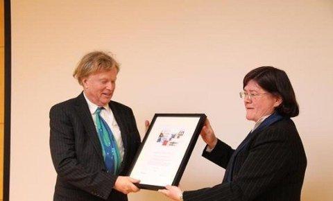 HEDRET: Petter Olsen ble i 2015 hedret med Akerhusprisen for sitt arbeid med Ramme gård. Her mottar han prisen av fylkesordfører Anette Solli.