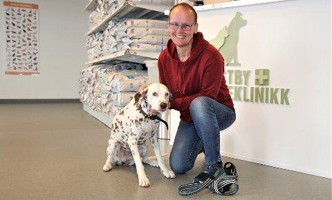 FØLGER MED: Dalmatineren Silva er frisk og rask. Simone Fegbeitel velger å følge rådene til Mattilsynet og holder hunden unna artsfrender og parker.