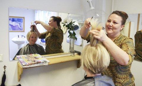 NY JOBB: May Silje Findahl er på plass som ny frisør på Tjønnmosenteret tre dager i uka. I stolen sitter Tjønnmosenter-ansatt Hilde Akre-Hansen. Foto: Tonje H. Løkken