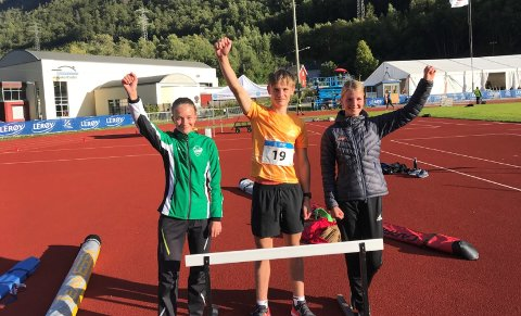 TIL TOPPS: Ås-trioen som var med på Akershus sitt kretslag som vant lagkampen på Lerøy-lekene. Fra venstre: Anna Overvoll (13),  Håkon Emil Heir (14) og Mari K. Henriksen (14).