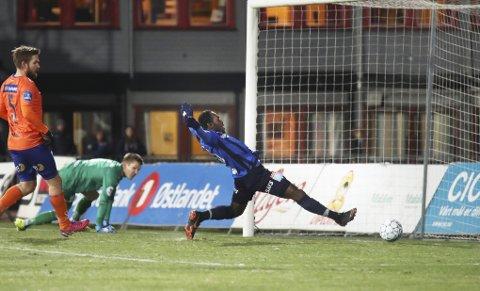 NESTEN: Ohi har nettopp truffet stolpen, og Franck Boli kaster seg så lang han er for å nå frem på returen. Men, ivorianeren er akkurat litt for sent ute.