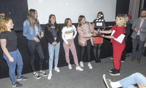 Beste film: Kaja Eggen Aune (t.v.) , Ingrid Sande Hjellmo, Embla Solbu de Courcy, Sara Bræin Gikling og Aurora Dyrseth Wullum fikk premien av Ane Marthe Tjugum.