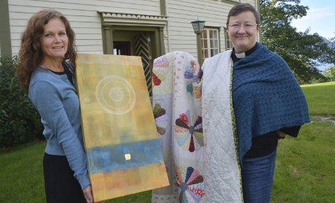 PRESTEGÅRDEN: Cathrine Grutle og Elin Anita Aasland er to av seks utstillere.  Inngangen til det temporære galleriet er døren bak dem. FOTO: YNGVE LIE