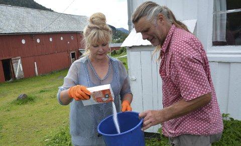 DØDELIG MIKS: Hilde og Ulf Falck-Krokå blander salt og vann for å ta livet av brunsnegler. FOTO: YNGVE LIE