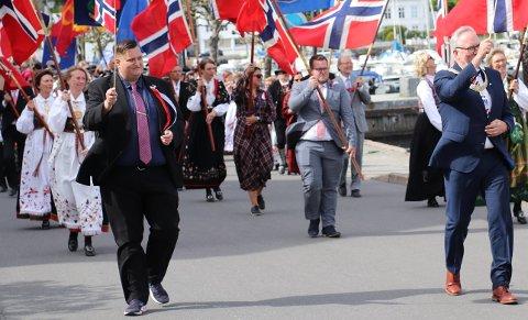 Alt gikk etter planen, sier leder av 17.mai-komiteen, Ole Henrik Grønn. Her i borgertoget i går, sammen med blant andre ordfører Per Kristian Lunden.