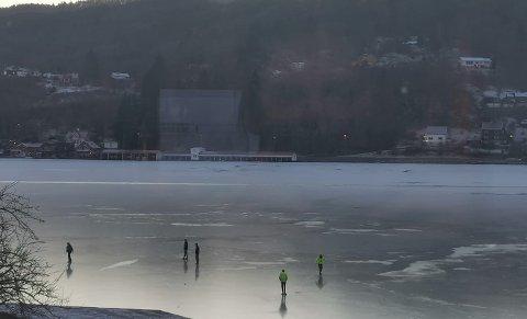 PÅ ISEN: En gjeng unge gutter valgte å ta seg en tur ut den islagte fjorden fredag ettermiddag. Isen er ikke trygg.