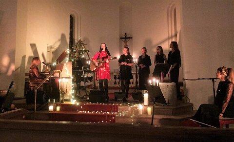 MAGISK: Anne Hvidsten, Kristin Minde Kråkenes, May Sissel Rismyhr Jansen med fleire skapte magisk stemning i Salhus kyrkje.