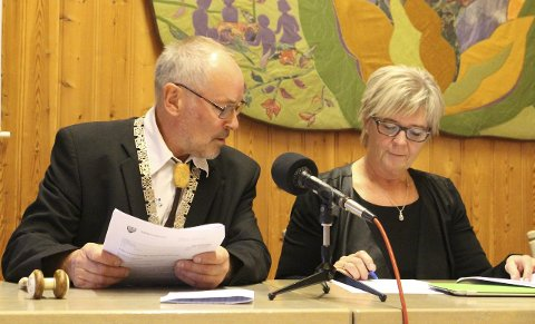 Ordfører Rune Berg og tidligere varaordfører - nå gruppeleder for Saltdal Arbeiderparti, Wenche Skarheim. Foto: Ida Kristin Dølmo
