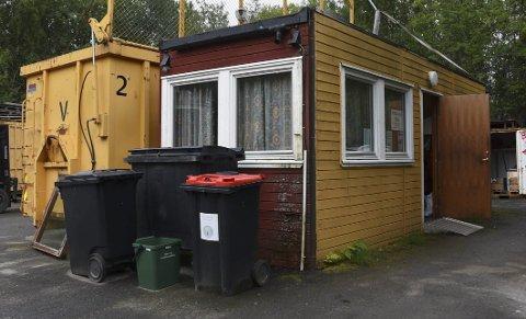 Bare søppel: I denne gamle og forfalte brakka, mellom søppelbokser og konteinere, har de Iris-ansatte på Tømmerneset kontor og spiserom. Foto: Øyvind A. Olsen