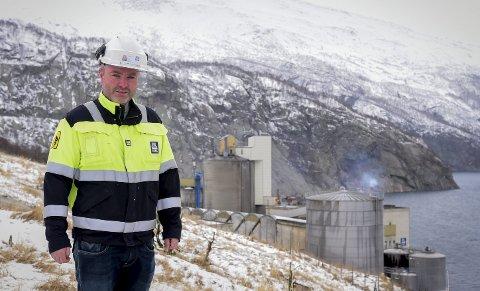 Fabrikk ved sjøen: Fabrikksjef Arve Jordal med fullgjødselfabrikken i bakgrunnen. Den ligger ved den indre delen av Glomfjorden.Foto: Johan Votvik