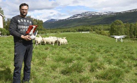 Oversikt: Sauebonde Bjørnar Sveli har kjøpt seg en drone for å bruke nettopp i beitenæringa. Med den kan han sitte hjemme og se på dyrene.Begge foto: Ida Kristin Dølmo