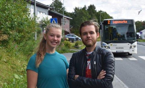 Synne Hansen og Andreas Vestvann Johnsen er glade for at tilbudet om gratis buss i fadderperioden består.