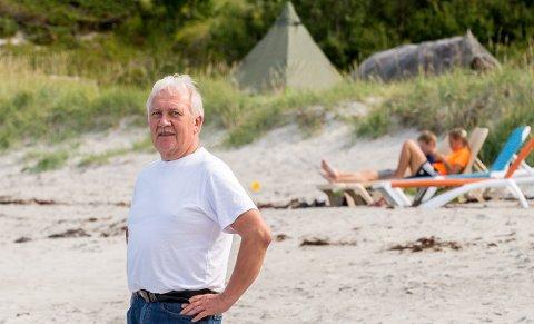 Alf Hagen på Storsanden, der backpackere nyter livet i solsengene Klokkergården har satt der for gjestene sine.