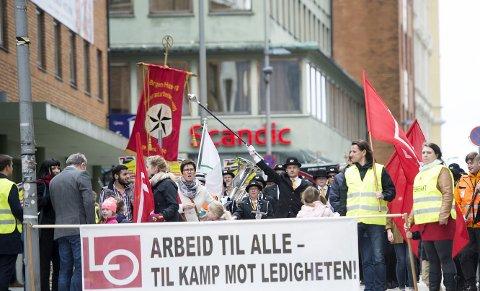 Her marsjeres det fra Folkets Hus i Håkonsgaten. Helt i front gikk de streikende fra Fellesforbundet. I bakgrunnen ser du et av hotellene som rammes av streiken: Scandic.