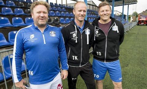 Tommy Knarvik er hovedtrener i Sotra SK, med broder Kjetil (t.v.) som assistent, sportslig leder og «altmuligmann», og Terje Omdahl som lagleder. De har to poengs forsprang på Fyllingsdalen før møtet lørdag.