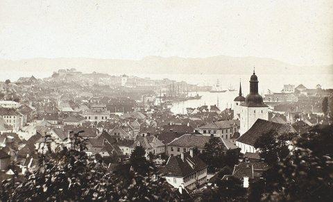 Ved synet av Bergen i 1860-årene som på dette fotografiet, vil                        de fleste tenke at bykulturen i Bergen var langt mer «bergensk» enn i dag. Men selv da, og i mer enn 100 år før, var det det dem som hevdet at Bergen allerede hadde blitt som alle andre nordmenn. FOTO: UIB, BILLEDSAMLINGEN
