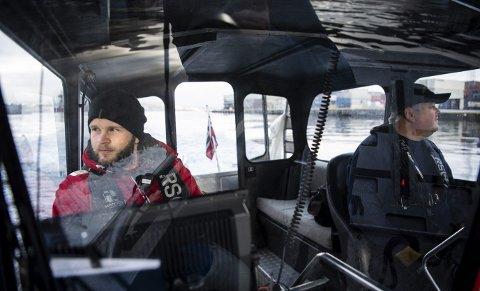 Morten Sæløen Danielsen Holvik (tv) og Lars-Børre Jakobsen fra Redningsselskapet om bord på RS-båten 6, en båt de fikk av Trond Mohn i 2014. Øynene er deres viktigste hjelpemiddel for å finne farlig drivgods som flyter i Byfjorden og områdene utenfor Bergen. FOTO: RUNE JOHANSEN