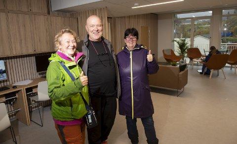 Brukerne Agnethe Zeil og Rita Iversen viser med tydelighet at de er fornøyde med det nye MO-senteret. Daglig leder Bjarne Aannewiik forteller at de har hatt flere brukere enn de regnet med, helt siden starten.