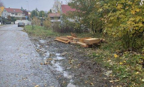 Hyller og planker ble etterlatt i grøften. – Ikke greit, sier Gunnar Wik.