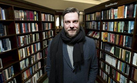 Eivind Riise Hauge (40) har nylig gitt ut sin åttende bok, romanen «Korrektur av et sorgens kapitel». Dessuten jobber han som bibliotekar i Bergen fengsel. Kriminallitteratur er mest populært blant de innsatte, forteller Riise Hauge.