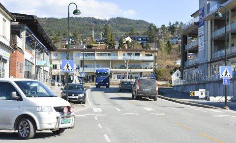 KAOTISK: Trafikksituasjonen i Åmot er krevende. En rundkjøring kan blir løsningen.