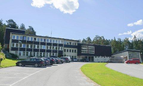 FORVIRRING: Det råder nå full forvirring i Krødsherad. etter at det har kommet fram at ny idrettshall ved nye skolen på Noresund, ser ut til å bli tatt ut av anbudsdokumentene som skal sendes ut i neste uke.