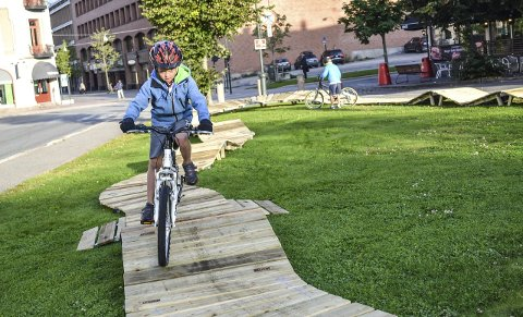 Testet: Eivind Bohne Friberg tester den nye sytti meter lange sykkelbanen på Grev Wedels plass. Foto: Børre Ivar Lie