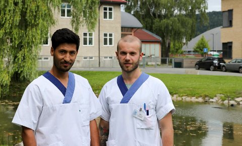 Herolind Thaqi og Mohammad Sedig trives på jobb. De får blant annet høre mange gode historier fra brukerne ved sykehjemmet.