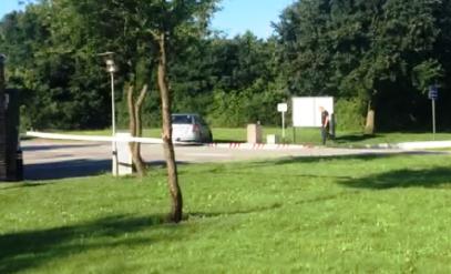 RASTEPLASSEN: Politiet sperret av rasteplassen etter at det unge ekteparet fra drammensområdet ble ranet tidlig mandag morgen. Det viste seg at tyvene kastet fra seg mobiltelelfonene deres, så paret mistet ikke noe.