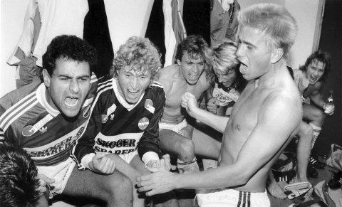 OPPRYKKSJUBEL: SIF-spillerne jublet for opprykk til Eliteserien høsten 1989. Fra venstre: Gabor Valo, Odd Johnsen, Juro Kuvicek, Glenn Knutsen og Ulf Camitz.