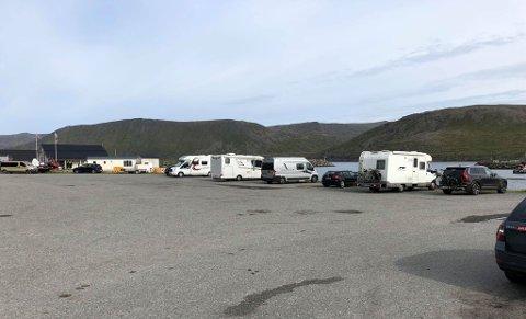 Skarsvåg bygdelag syns ikke noe om at den store parkeringsplassen i fiskeværet brukes som campingplass.