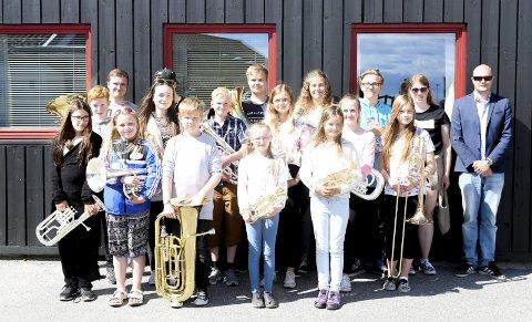 Floraskulen Brassband: Her ser vi alle saman i lag med dirigent Torgeir Halvorsen. I NM blir dei del av eit stort korps frå Stavanger. begge Foto: Malin A. Helle