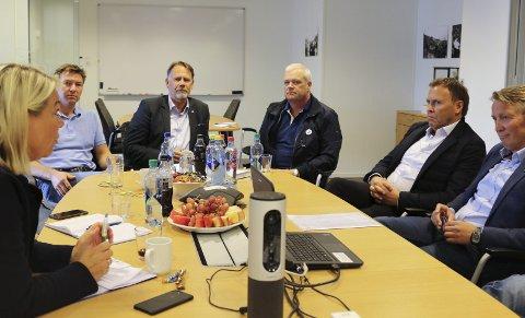 MØTE: Næringsminister Monica Mæland (H) møtte onsdag lokale lakseeksportørar og oppdrettarar på Slakteriet i Florø.