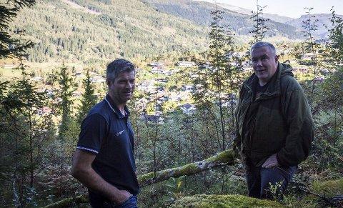 Sylvdalen: Frode Lundekvam (BT Byggutvikling) og Eiliv Erdal (ein av to grunneigarar) i øvste delen av det som skal bli eit nytt byggefelt.