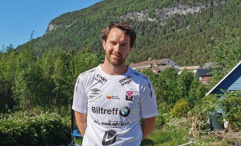 HANDBALLTRENAR: Øyvind Fougli Vraalsen er trenar for Førde IL sitt 2. divisjonslag i handball. Medan laget la alternative planar, fekk dei oppløftande nyheiter.