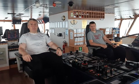 BISTOD: Kaptein Hans Pauli Við Misá (t.v.) og førstestyrmann Christian Sæther på Atlantic Offshore sitt standbyskip «Ocean Alden» var med og berge ein eldre mann nord for Gjøa måndag kveld.