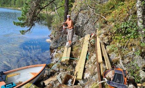 LEGG OM STIEN: Bymarkas Venner jobbar med å legge om stien slik at han går utom hammaren langs på nordsida. Her jobbar Torodd Bruland.