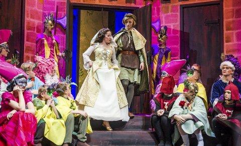 Forelsket: Lady Marian og Robin Hood er forelsket også i denne versjonen til Vindeleka barne-og ungdomsteater.