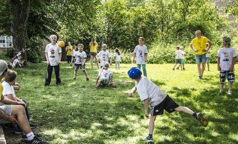 SAMLER STORE OG SMÅ: Gudeberg lokalsamfunnsutvalg håper voksne og barn tar turen når de arrangerer en historisk familiedag på Kongsten Fort, onsdag 23. august. Bildet er fra en piratleir på fortet i 2015.