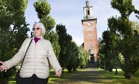 VIL LIGGE HER: Kari Elvegaard (78) har bestemt seg: når dagen er inne, vil hun ligge på en navnet minnelund fremfor en tradisjonell gravplass. Hun er glad for at tilbudet kommer på plass i løpet av de nærmeste månedene.  Foto: Trond Thorvaldsen
