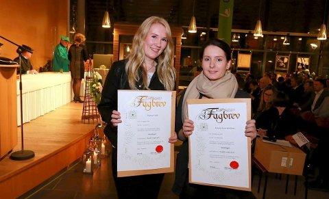 Bestått: Therese Tvete og Marita Nyer Arntsen har fått fagbrev i hestefaget.