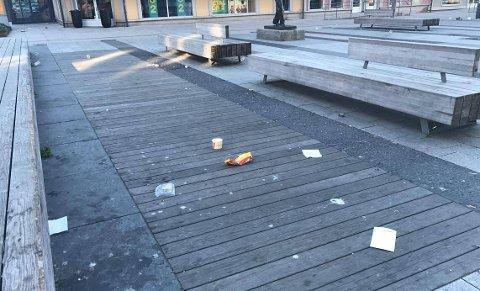 SØPPEL: Det var et trist syn som møtte folk som var på vei til jobb fredag morgen.