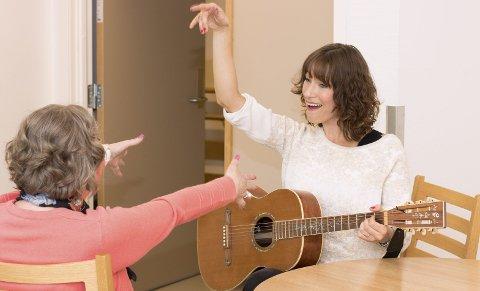 Musikkglede: Musikkterapeut Eline Smith Rydningen i aksjon.