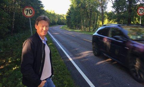 Reagerer på høye vei- og bruregninger: Olav Moe, leder i samferdelskomiteen i Østfold, stusser over at budsjettet ofte sprekker for veier og bruer. Her er han i Borge, hvor det skal bygges gang- og sykkelvei. (Arkivfoto: Øivind Lågbu)