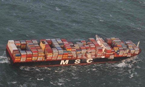 Mistet containere: Da dette skipet kom ut for storm mellom Tyskland og Nederland, skled hundrevis av containere av og ut i sjøen. Miljøvernere er redd søppel kan bli skylt til våre farvann og strender med havstrømmer og vind.