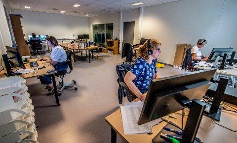 MANGE RINGER: Det har vært hektisk for de ansatte ved koronasenteret i Fredrikstad en siste tiden. På det meste har de tatt unna rundt 500 henvendelser i uka.