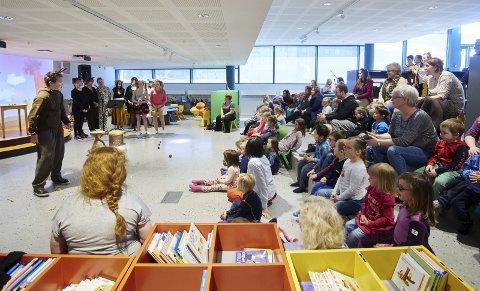 Scenen i barnebiblioteket er ofte i bruk. Her er det unger fra en av byens barnehager som får være med på musikkteater fremført av elever på musikklinja på Solhaugen videregående.