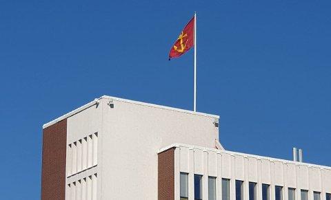 Slik veier kommunevåpnet på flaggstanga på rådhuset i Narvik i dag. Spørsmålet er hvordan det vil se ut fra 1. januar 2020.